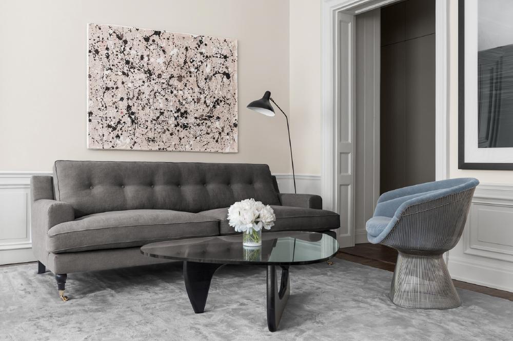 Elegant klassisk beige grå brun linnesoffa och enfärgad handvävd matta i vardagsrum från Layered