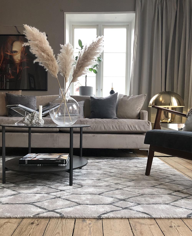 Elegant klassisk blå grå linnesoffa och mönstrad matta från Layered i vardagsrum