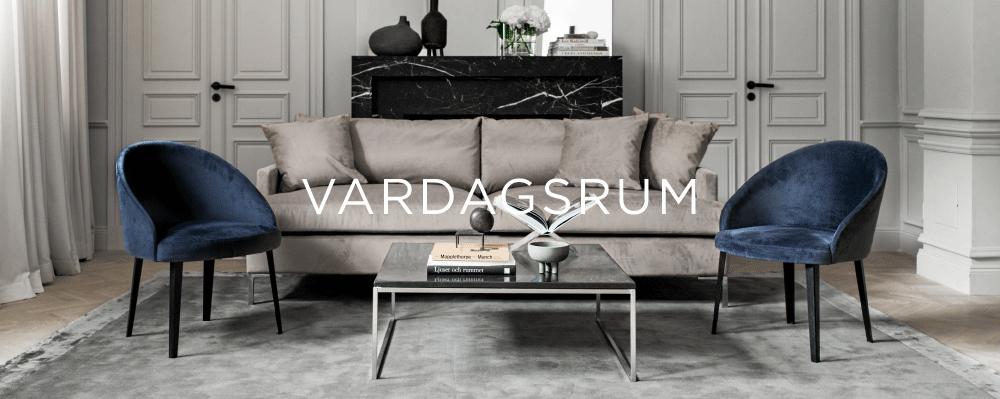 Elegant modern beige sammetssoffa och ullmatta från Layered i vardagsrum